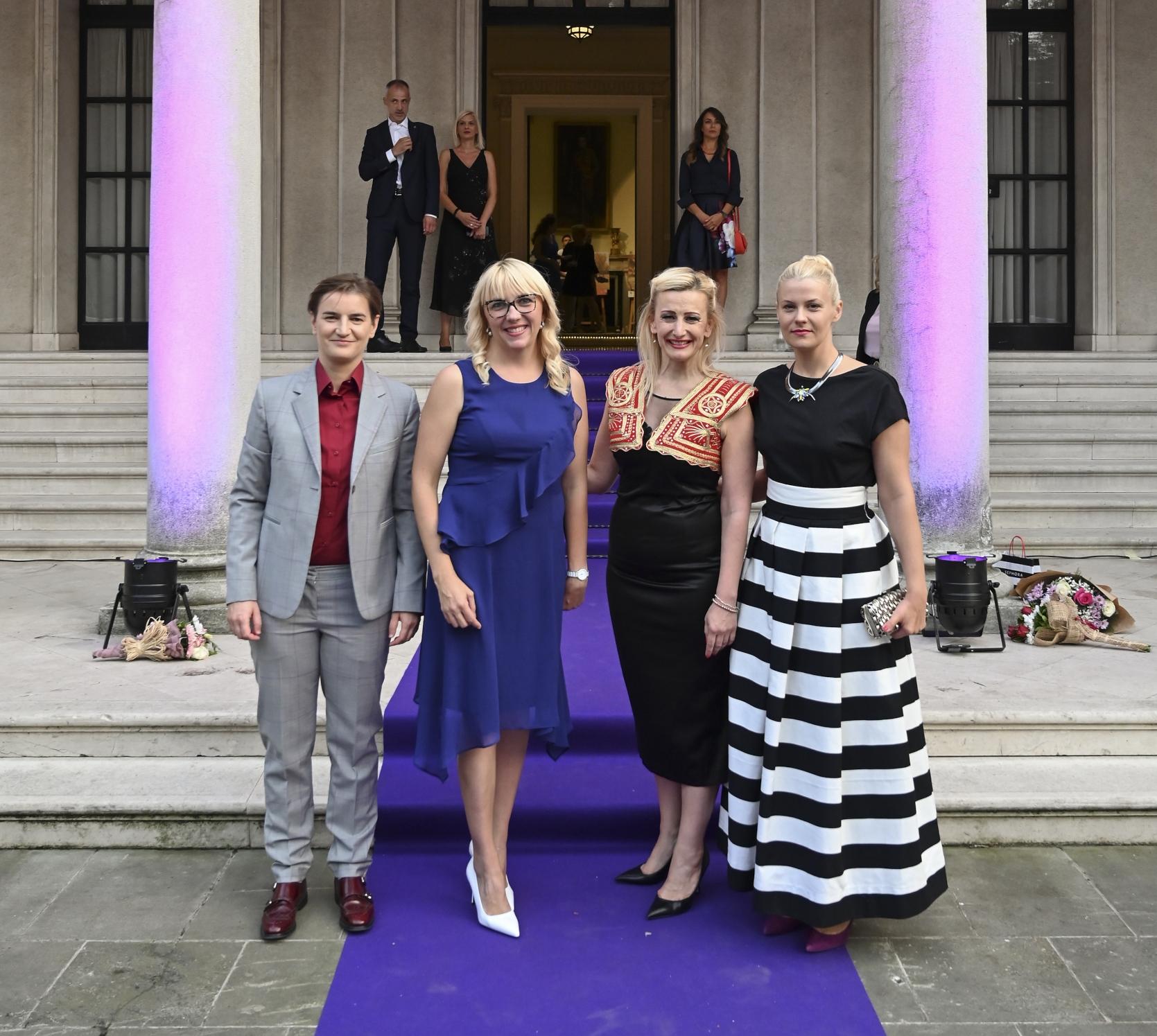 UVEK ELEGANTNA: Premijerkina partnerka Milica blistala na Belom dvoru u crno -beloj haljini! : Nadlanu.com